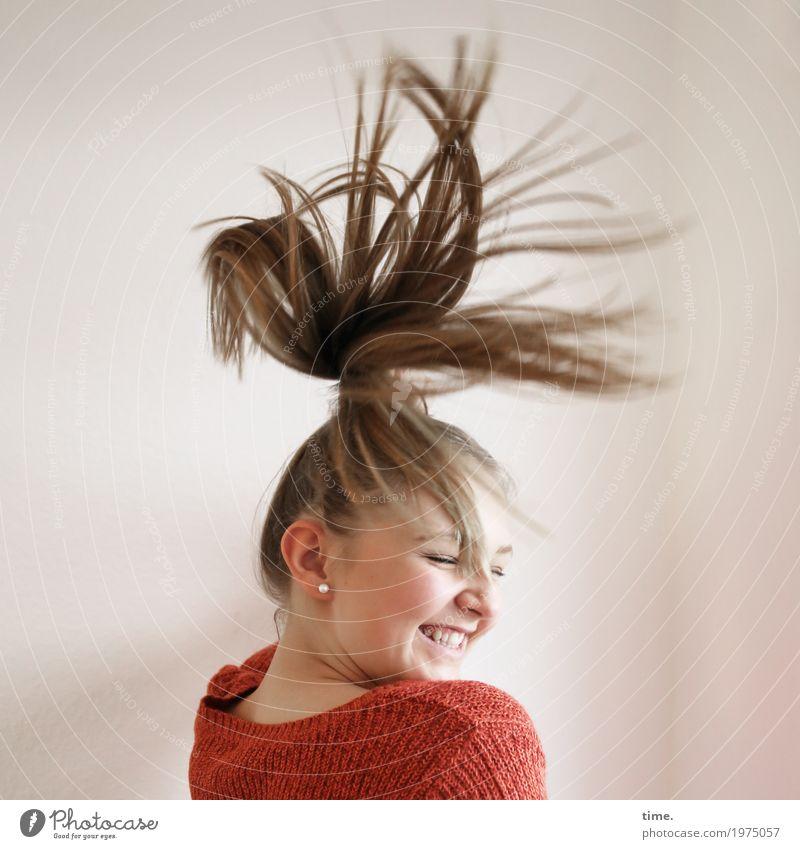 Jil feminin Frau Erwachsene 1 Mensch Pullover Haare & Frisuren blond langhaarig Bewegung drehen genießen lachen Tanzen schön Freude Glück Fröhlichkeit