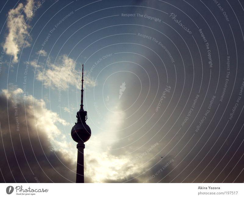 Der Himmel über Berlin Himmel blau weiß Sonne Sommer Wolken schwarz Einsamkeit Berlin grau Wetter Hoffnung Turm bedrohlich beobachten Wahrzeichen