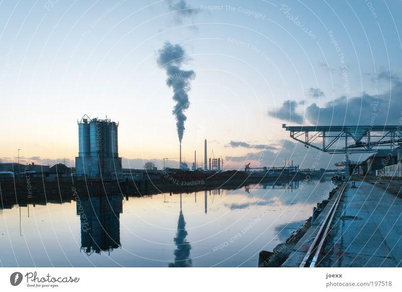 Der Hafen ruht blau gelb Industrie Fabrik Hafen Rauch Elektrizität Abgas Schornstein Umweltverschmutzung Kran Industrieanlage Stromkraftwerke Produktion Leistung Silo