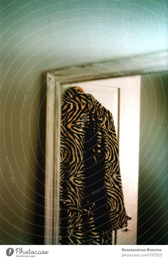 zu Besuch bei Tigerlilli Spiegel hängen Kitsch retro blau braun schwarz weiß Bademantel Spiegelbild analog Tür Kleiderbügel Altbauwohnung Wand Accessoire Morgen