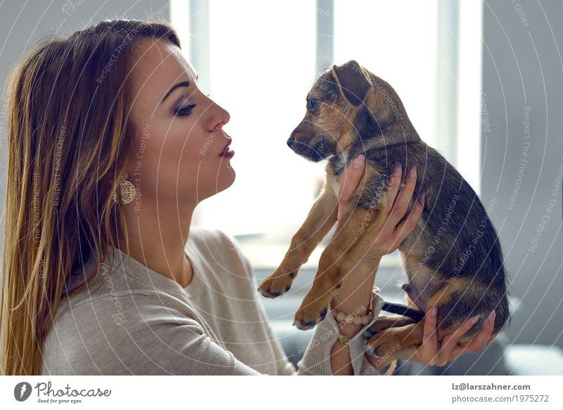 Junge Frau, die ihren Welpen hält Jugendliche Tier Haustier Hund klein niedlich weiß Geborgenheit loyal Textfreiraum Kuscheln Auge Halt Farbfoto Innenaufnahme