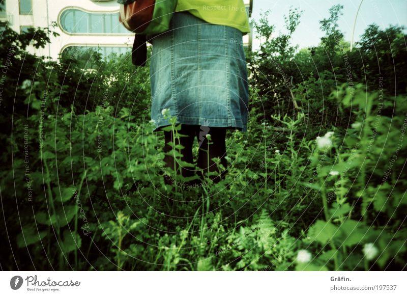 Allein auf weiter Flur... Mensch grün ruhig Wiese Gras Gebäude warten Wachstum stehen Wandel & Veränderung Pause Sträucher Idylle Rock Mut Tasche