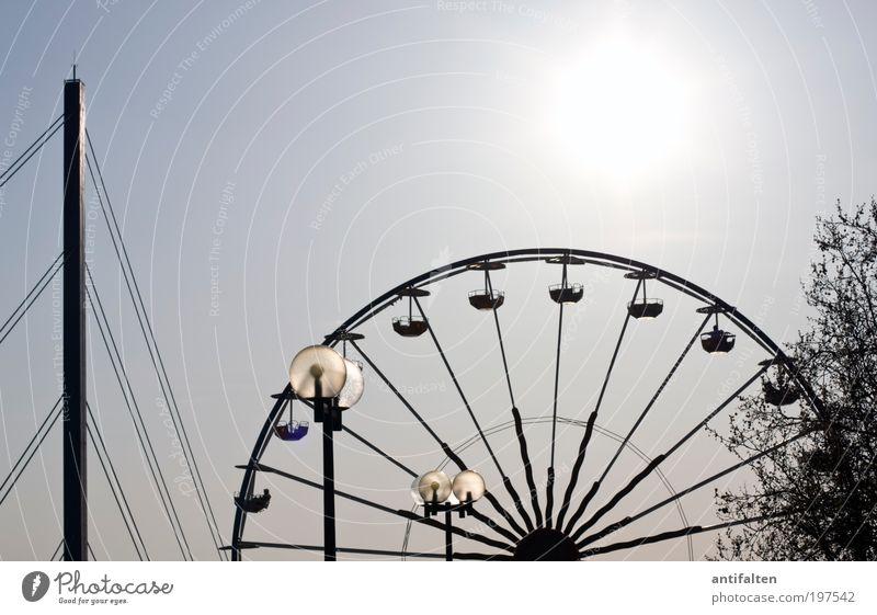 Brücke, Lampen, Riesenrad und Baum Himmel Natur blau weiß Baum Sonne Sommer Freude schwarz Luft Lampe Beton Brücke Unendlichkeit Schönes Wetter Skyline