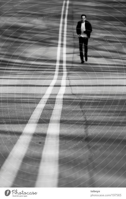 Ich geh und weiß nicht wohin. Mann Ferien & Urlaub & Reisen Einsamkeit Ferne Straße Freiheit träumen Erwachsene Linie Zufriedenheit Kraft laufen Ausflug rennen