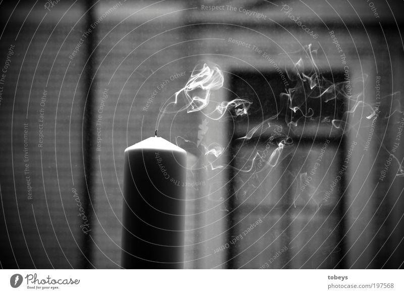 Paris II ruhig Haus Fenster dunkel kalt Traurigkeit Religion & Glaube Stil Stimmung gefährlich Brand Kerze Rauch Wohnzimmer Duft brennen
