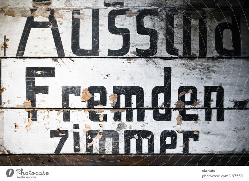 Fremdenzimmer Raum Wand Wandverkleidung Wanddekoration Holz Schriftzeichen alt bedrohlich dunkel gruselig Heimweh Feindseligkeit Krieg Nostalgie Typographie