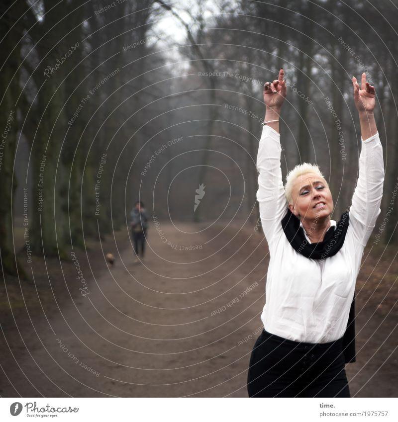 . Mensch Frau Hund schön Freude Winter Wald Erwachsene Leben Wege & Pfade Bewegung feminin Glück außergewöhnlich Zufriedenheit blond