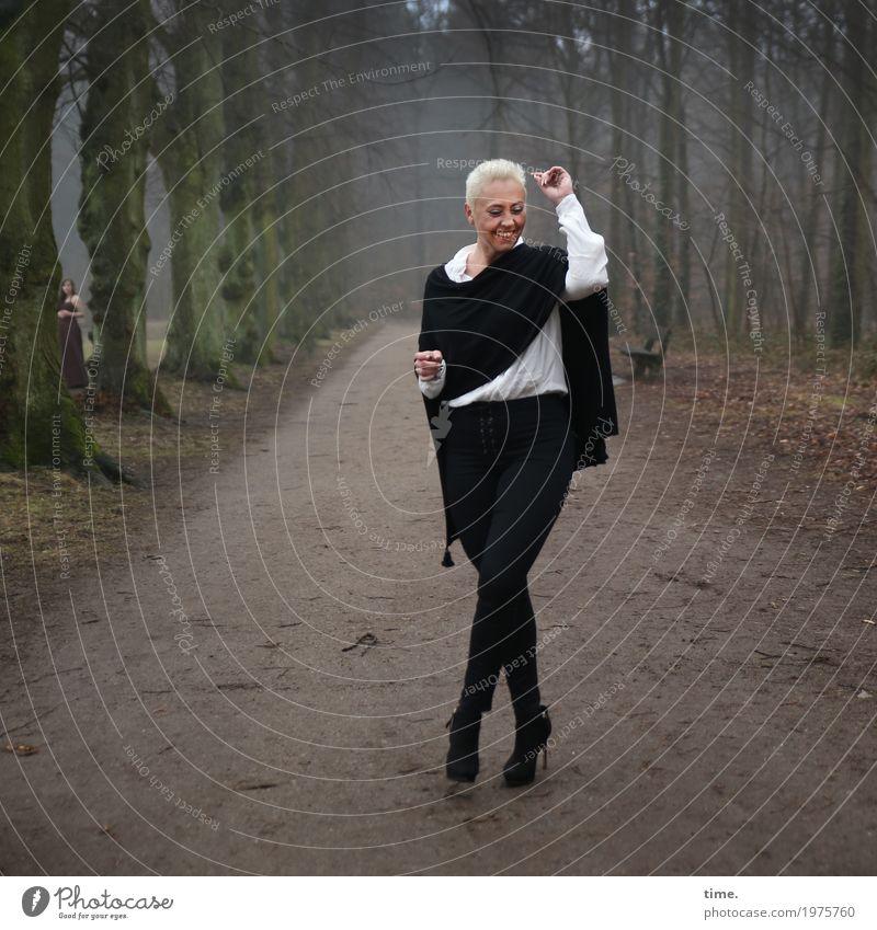 . feminin 1 Mensch 2 Winter Baum Wald Wege & Pfade Hemd Hose Stoff Damenschuhe blond kurzhaarig lachen stehen Tanzen außergewöhnlich positiv schön Freude Glück