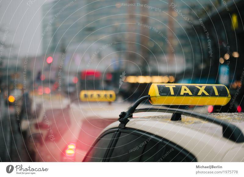 Taxis in Warteschlange in Großstadt Hintegrund Verkehr Verkehrsmittel Öffentlicher Personennahverkehr Autofahren warten gelb Ferien & Urlaub & Reisen