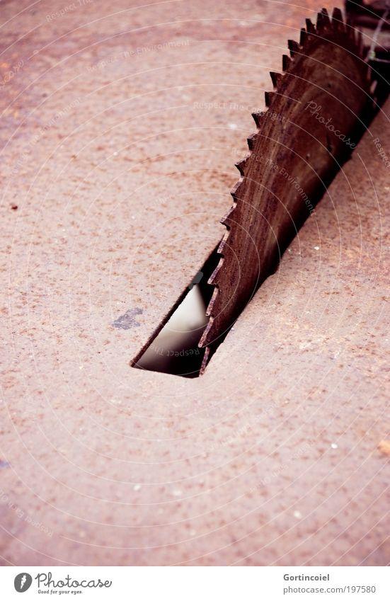 Scharfkantig [LUsertreffen 04|10] alt rot Metall gefährlich Technik & Technologie verfallen Rost Handwerk Maschine Werkzeug Eisen verwittert Säge Sägeblock Verletzungsgefahr