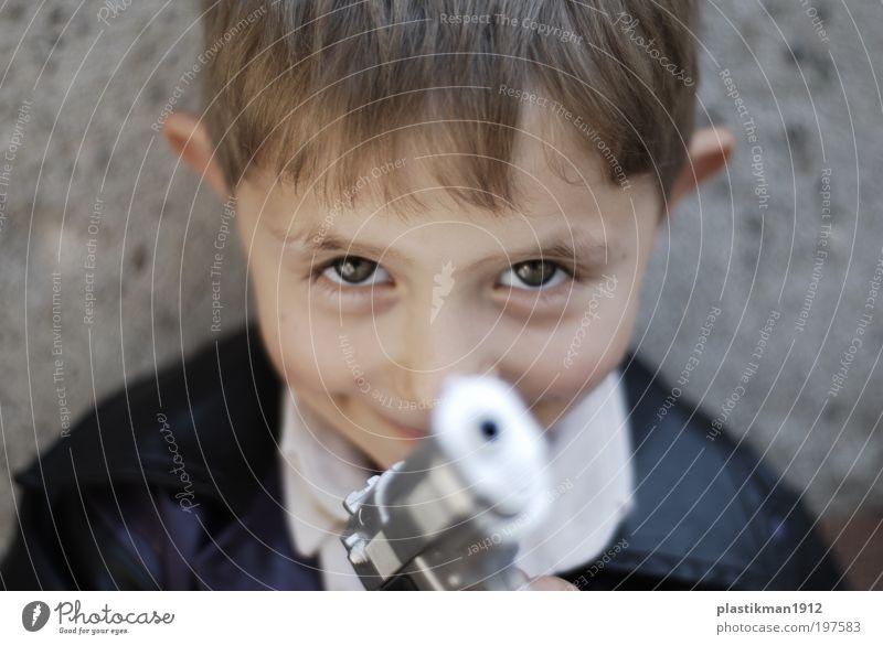 Gewehrlauf Mensch Kind Junge Kopf Gesicht Auge 1 3-8 Jahre Kindheit blond klein Spielzeug Pistole Blick in die Kamera Kinderspiel Kinderaugen Lauf Farbfoto