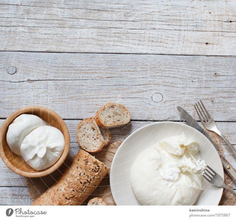 Italienischer Käse Burrata mit Brot auf einem hölzernen Hintergrund Milcherzeugnisse Teigwaren Backwaren Ernährung Vegetarische Ernährung Italienische Küche