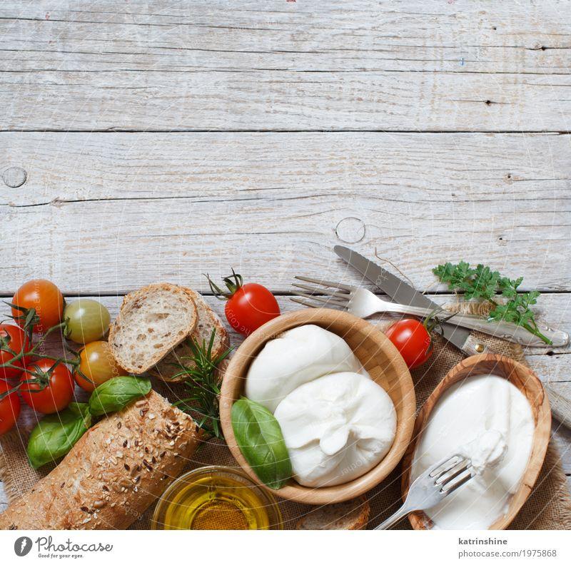 Italienischer Käse Burrata mit Brot, Gemüse und Kräutern Milcherzeugnisse Kräuter & Gewürze Ernährung Vegetarische Ernährung Italienische Küche