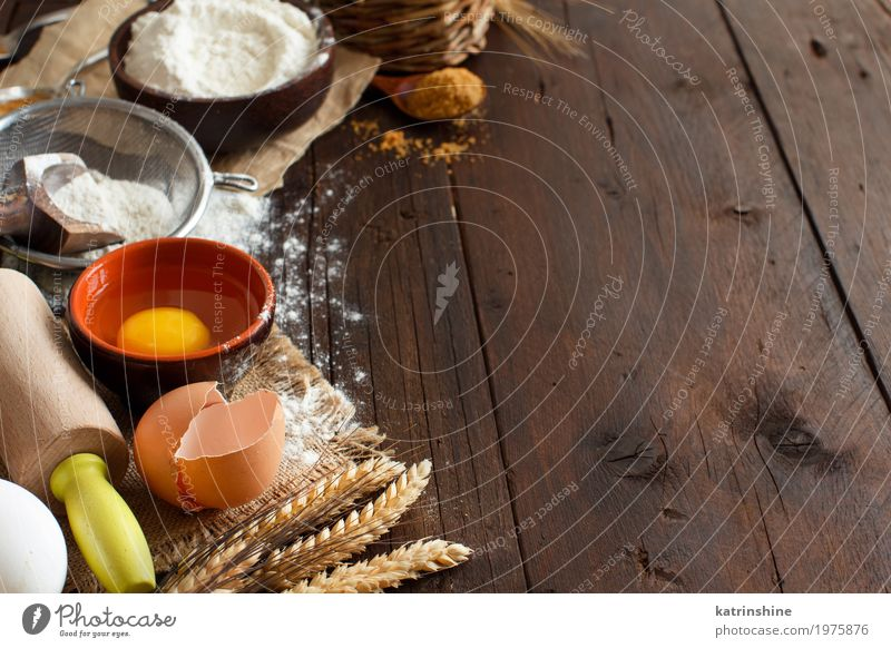 Zutaten und Utensilien zum Backen hautnah weiß Holz braun frisch Getreide Brot Ei Schalen & Schüsseln Backwaren Teigwaren Essen zubereiten roh rustikal Mehl