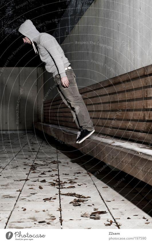 dumm rum stehen Mensch Jugendliche ruhig Erwachsene dunkel Wand Architektur grau Mauer dreckig maskulin Platz verrückt stehen außergewöhnlich