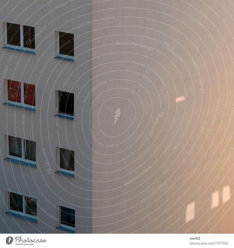 Heimleuchten Häusliches Leben Haus Stadt Stadtrand bevölkert Bauwerk Gebäude Architektur Mauer Wand Fassade Fenster Plattenbau Sozialismus Wohnungsbauprogramm