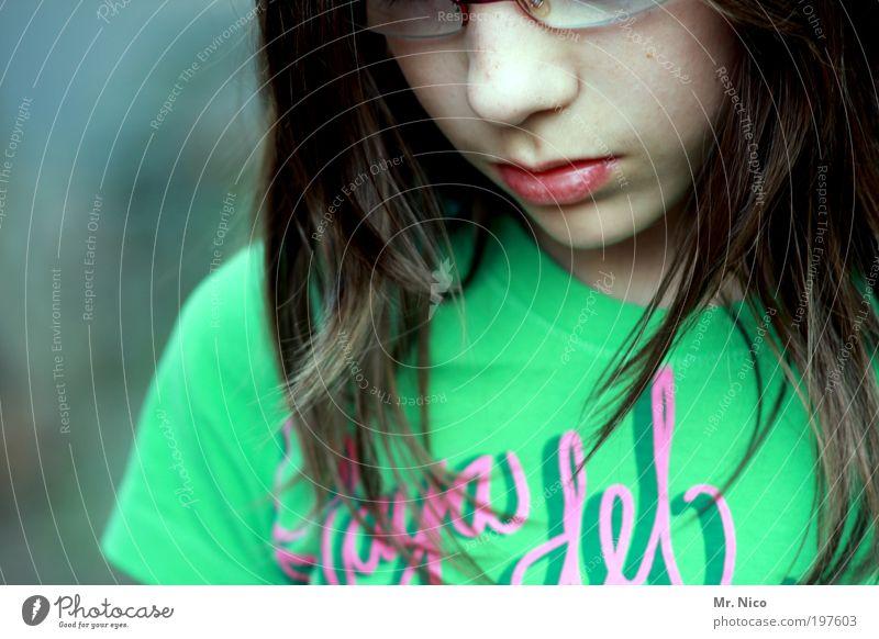 denkmal Mädchen Jugendliche Haut Kopf Haare & Frisuren Gesicht Nase Mund Lippen T-Shirt Brille Traurigkeit nachdenklich Denken ruhig langhaarig face Vertrauen