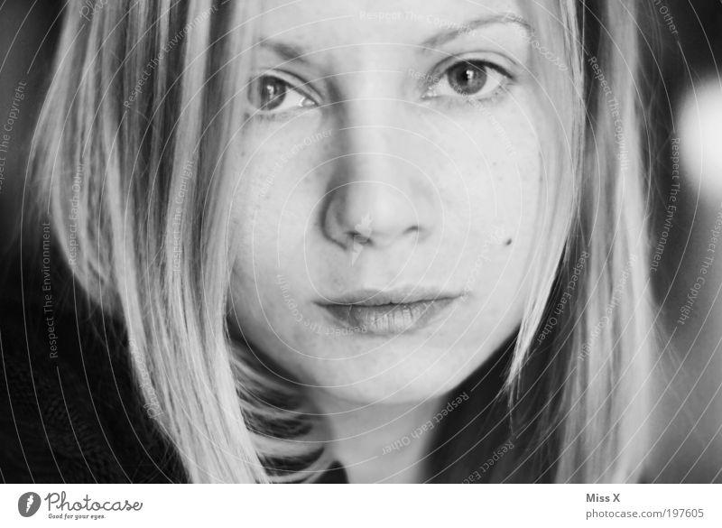 Miss X feminin Junge Frau Jugendliche Gesicht 1 Mensch Gefühle Stimmung Traurigkeit Sorge Trauer Schmerz Sehnsucht Heimweh Schwarzweißfoto Innenaufnahme Porträt