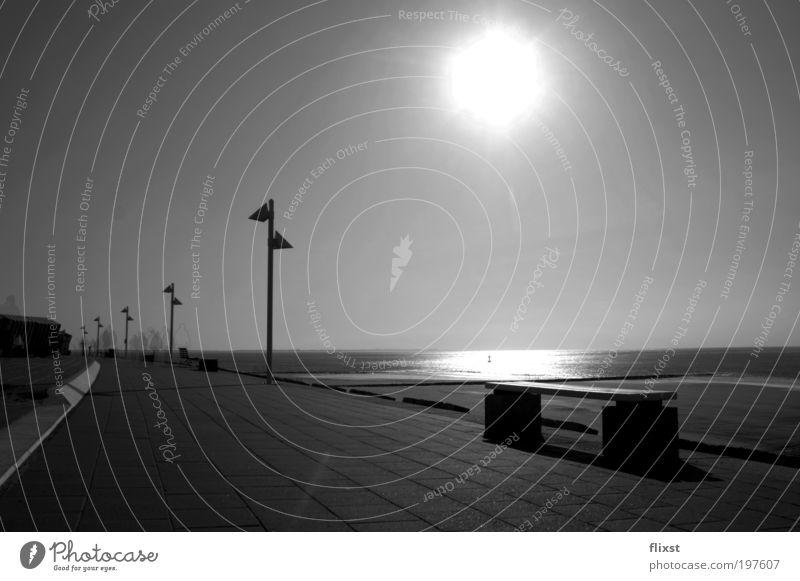 gestrandetes Licht Wasser Strand Einsamkeit ruhig Ferne Horizont Schönes Wetter Nordsee Wolkenloser Himmel Meer Schwarzweißfoto Sonnenlicht