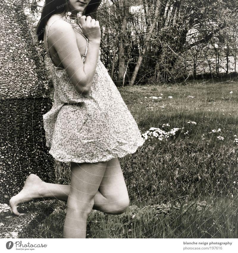 strawberry swing elegant Stil harmonisch Zufriedenheit feminin Junge Frau Jugendliche Erwachsene Arme Beine 1 Mensch 18-30 Jahre Blume Garten Wiese Kleid