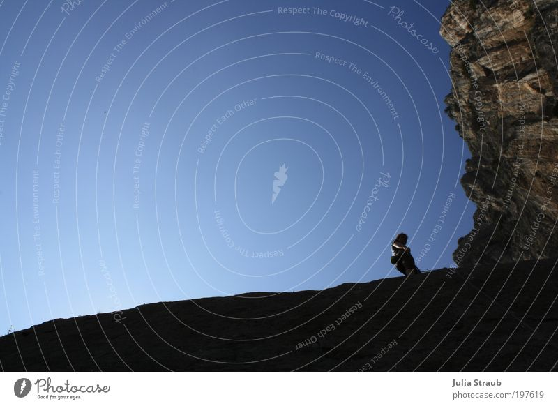 himmelhoch Mensch Mann weiß blau Sommer ruhig schwarz Freiheit Berge u. Gebirge Erwachsene braun Freizeit & Hobby Abenteuer wandern Felsen maskulin