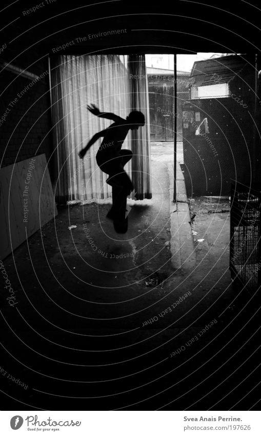 Die Jahre sind egal. Mensch Jugendliche Haus dunkel kalt Wand Sport Spielen Gefühle springen Mauer Stimmung hell Fassade dreckig fliegen