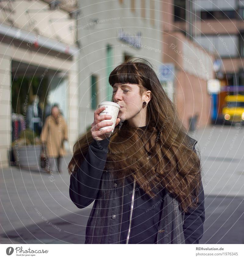 Carina | Coffee 2 go Mensch Frau Jugendliche Junge Frau Stadt 18-30 Jahre Gesicht Erwachsene Lifestyle feminin Stil Haare & Frisuren Freizeit & Hobby