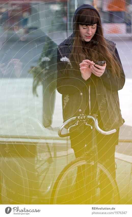 Carina | City Mensch Frau Jugendliche Junge Frau Stadt schön 18-30 Jahre Erwachsene gelb Lifestyle feminin Stil Haare & Frisuren Freizeit & Hobby Fahrrad Glas