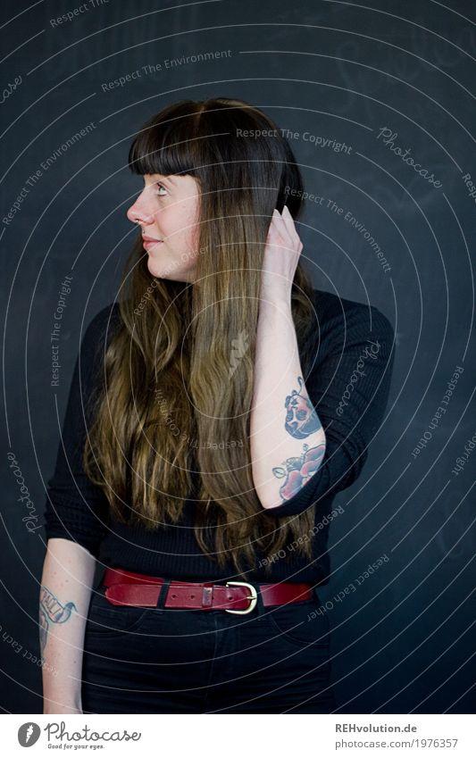 Carina | ratlos Stil Mensch feminin Junge Frau Jugendliche Erwachsene Gesicht 1 18-30 Jahre Tattoo Piercing Haare & Frisuren brünett langhaarig Pony Denken