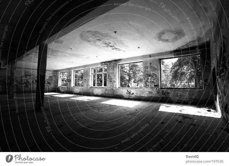 licht - raum alt weiß schwarz Wand Fenster Mauer Gebäude Perspektive kaputt Vergänglichkeit Bauwerk Ruine Halle Licht Schwarzweißfoto Verbote