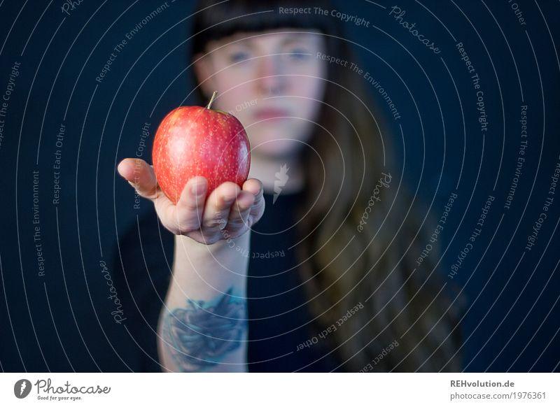 Carina | Apfel Mensch Frau Jugendliche Junge Frau Gesunde Ernährung Hand rot 18-30 Jahre schwarz Erwachsene Religion & Glaube Leben Essen Gesundheit feminin