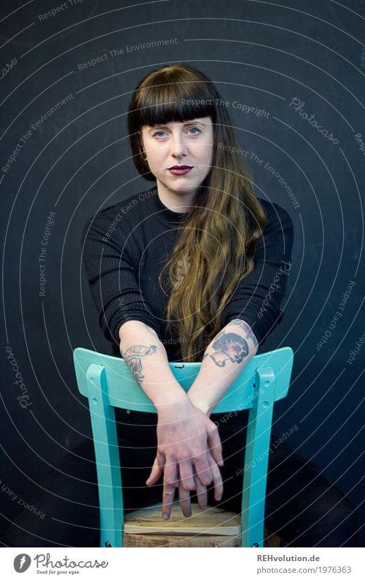 Carina | Stuhl Stil Lippenstift Mensch feminin Junge Frau Jugendliche Erwachsene 1 18-30 Jahre Tattoo Piercing Haare & Frisuren brünett langhaarig Pony sitzen