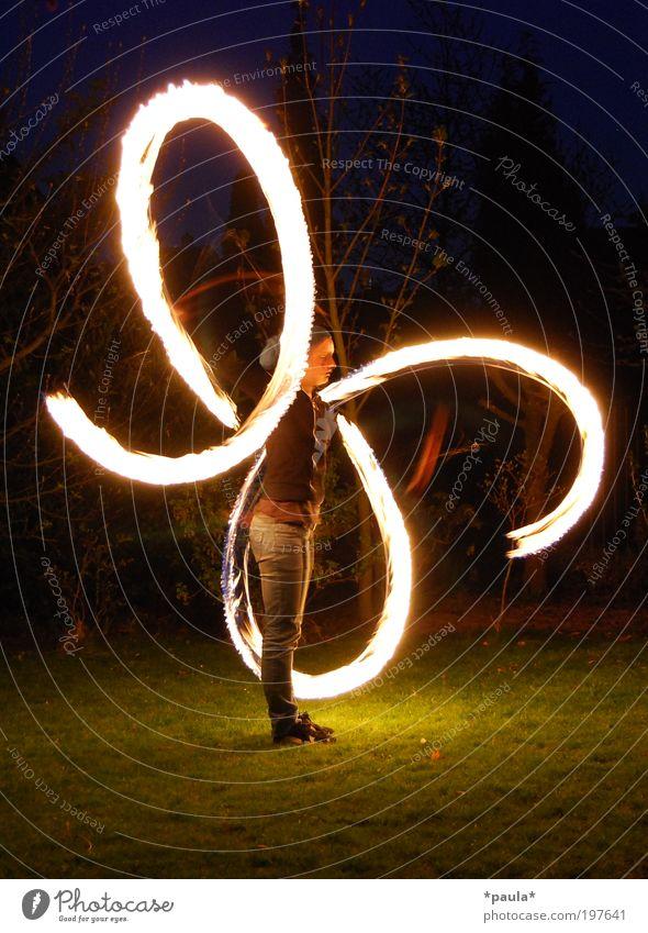 Feuer fangen... Mensch Freude schwarz Leben Spielen Bewegung träumen Stimmung hell Kunst Zufriedenheit frei groß ästhetisch Feuer außergewöhnlich
