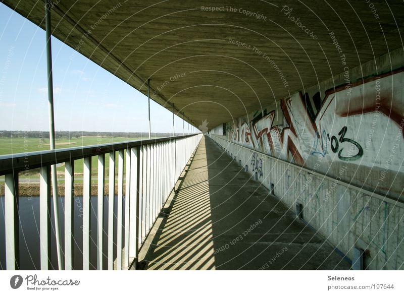 Fluchtpunkt Umwelt Natur Landschaft Wiese Feld Brücke Tunnel Bauwerk Gebäude Verkehr Verkehrswege Personenverkehr Fußgänger Wege & Pfade beobachten laufen