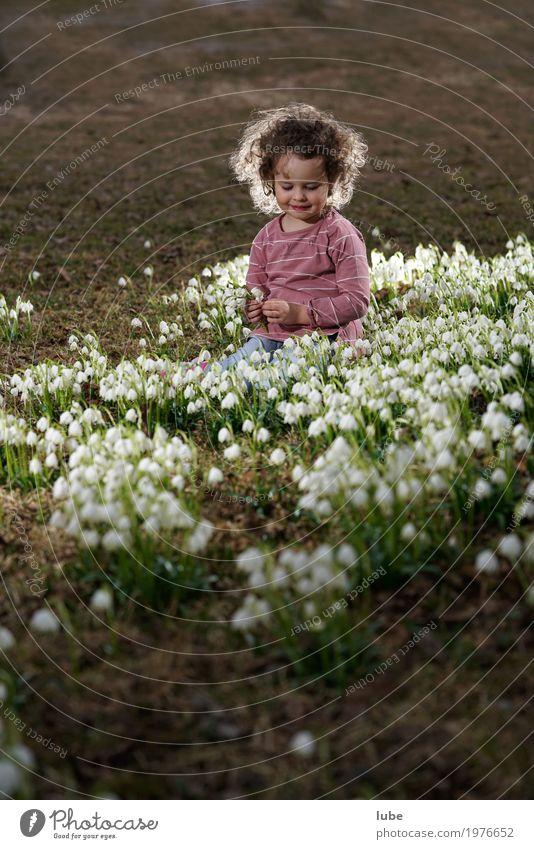 Emma mit Schnneeglöckchen Kind Kleinkind Mädchen 1 Mensch 3-8 Jahre Kindheit Umwelt Natur Landschaft Pflanze Frühling Gras Grünpflanze Garten Park Wiese
