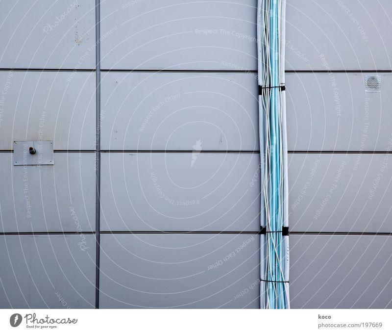 GEO ME TRIE weiß blau schwarz Farbe Wand grau Mauer Metall Fassade ästhetisch Coolness Technik & Technologie Kabel Baustelle dünn lang