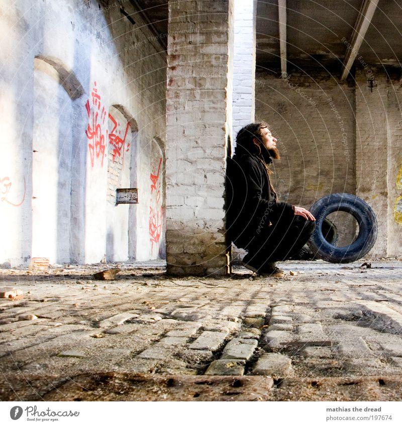 GERÄDERT Dachboden Mensch maskulin Junger Mann Jugendliche 18-30 Jahre Erwachsene Industrieanlage Fabrik Bauwerk Gebäude Mauer Wand Fassade Denken hocken
