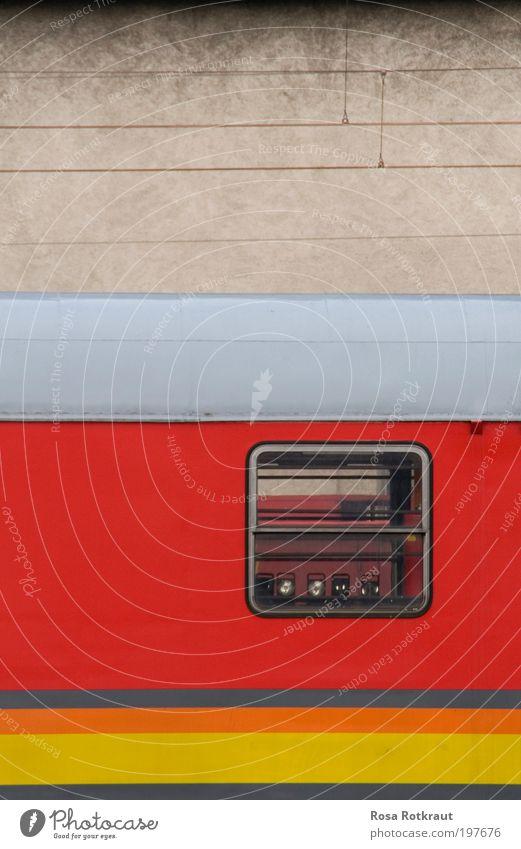 train spotting rot gelb Wand Fenster grau Mauer Linie Metall dreckig Design Beton Horizont modern ästhetisch retro fahren