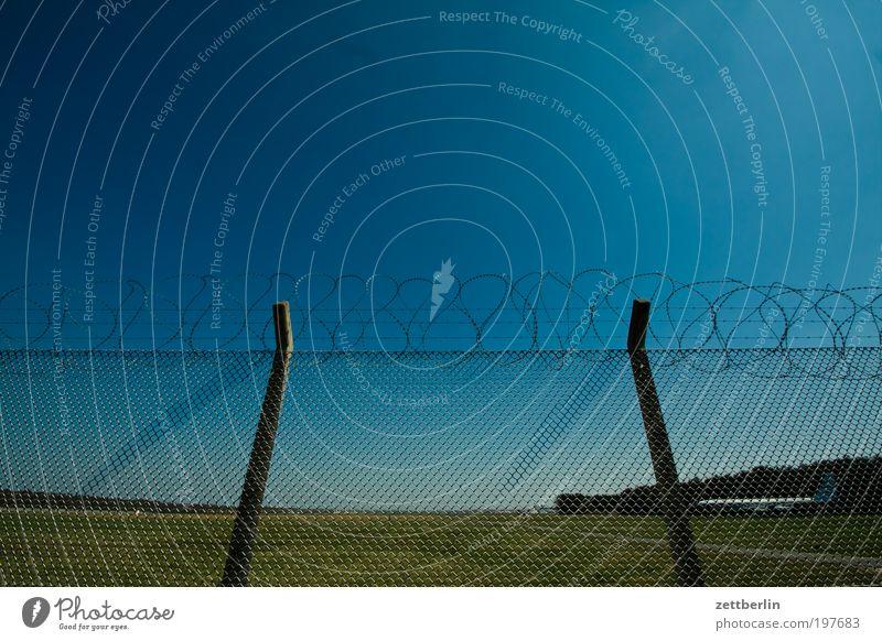Flugverbot 2 Himmel Wiese Gras Freiheit Flugzeug Sicherheit Platz Flughafen Weide Zaun Schönes Wetter gefangen Verbote Blauer Himmel himmelblau Militär