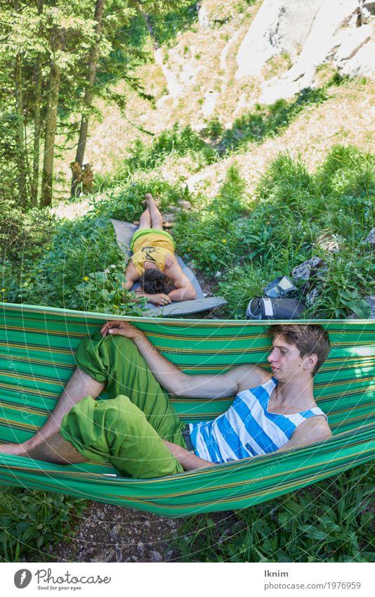 chillen in der Natur maskulin Junger Mann Jugendliche Freundschaft Erwachsene 2 Mensch 18-30 Jahre Erholung schlafen Bayern Pubertät Pause mehrfarbig