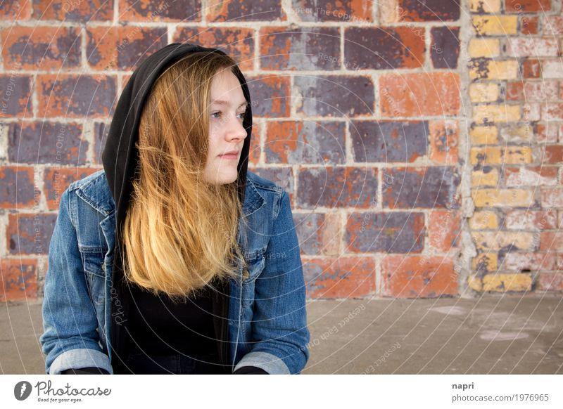 veträumt feminin Junge Frau Jugendliche 1 Mensch 13-18 Jahre brünett blond langhaarig beobachten sitzen träumen warten authentisch natürlich Zufriedenheit