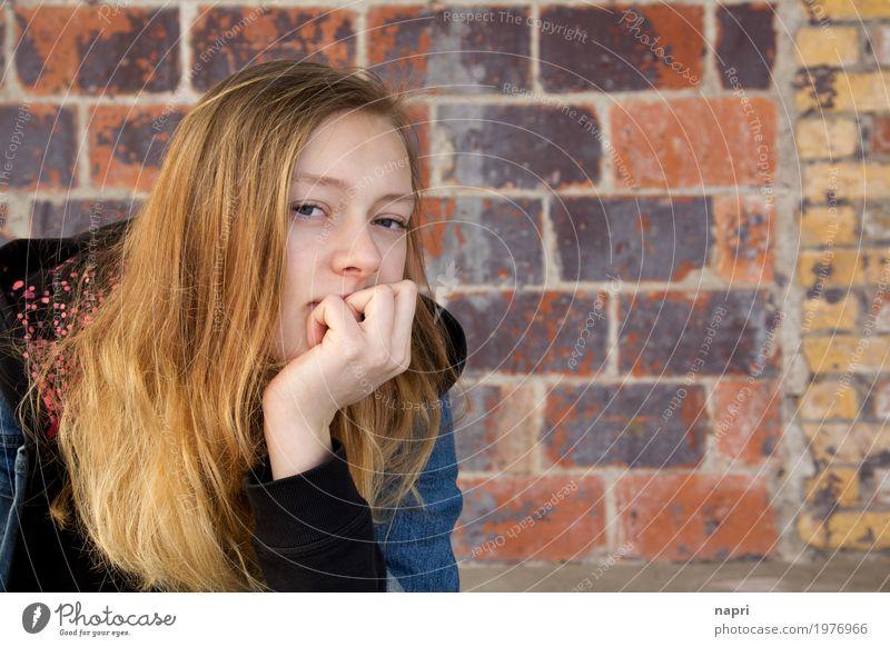 skeptisch feminin Junge Frau Jugendliche 13-18 Jahre beobachten Denken Blick authentisch einzigartig selbstbewußt Coolness Langeweile Einsamkeit Hemmung