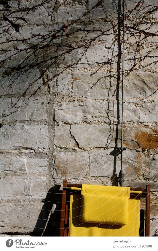 Sonnenstuhl gelb Erholung Wand Mauer Gebäude Stuhl Schönes Wetter Liegestuhl