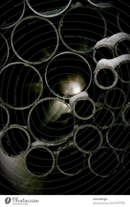 Lichtrohr I Metall Fortschritt Hoffnung Zukunft Eisenrohr Röhren Baustelle Gedeckte Farben Außenaufnahme Detailaufnahme Menschenleer Schatten