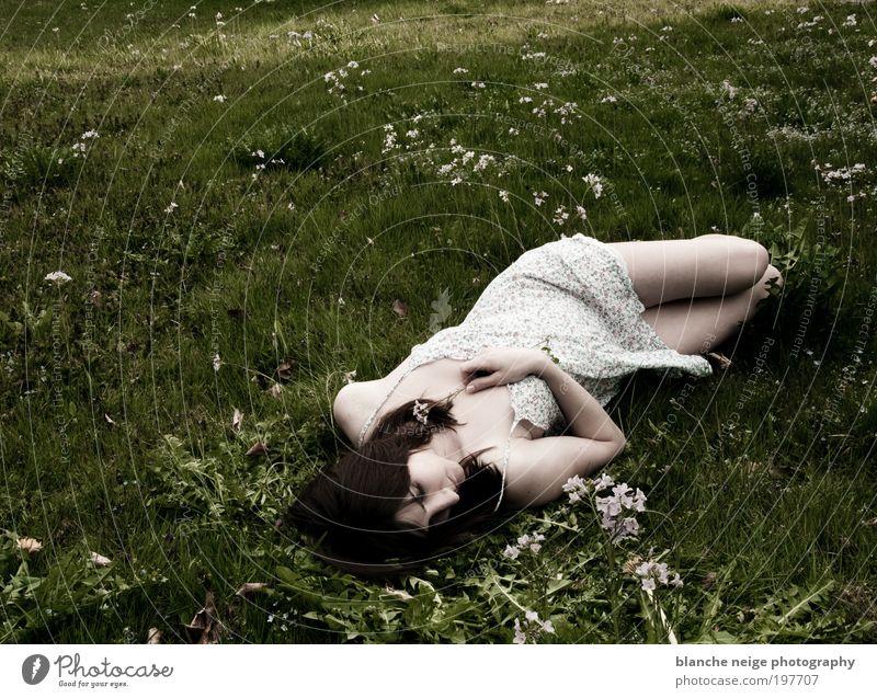 if i lay here Frau Mensch Jugendliche ruhig Erwachsene Einsamkeit Erholung feminin Wiese Erotik Gefühle Frühling träumen Beine Zufriedenheit Arme