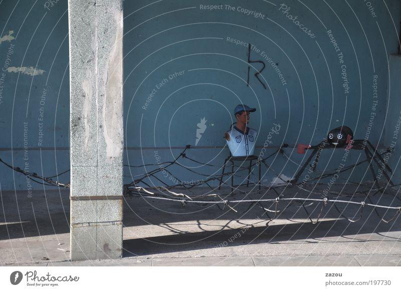 Out with Eric Kunst Skulptur Subkultur Havanna Kuba Gebäude Fassade Kitsch rebellieren Surrealismus Spinne Spinnennetz Schaufensterpuppe Straßenkunst Farbfoto