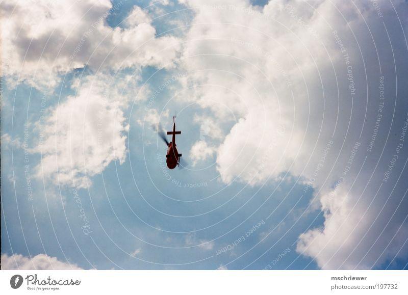 Hubschrauber am Wolkenhimmel Sonnenlicht Luftverkehr Rettungshubschrauber Geschwindigkeit blau Farbfoto Außenaufnahme Tag Licht Kontrast Silhouette Weitwinkel