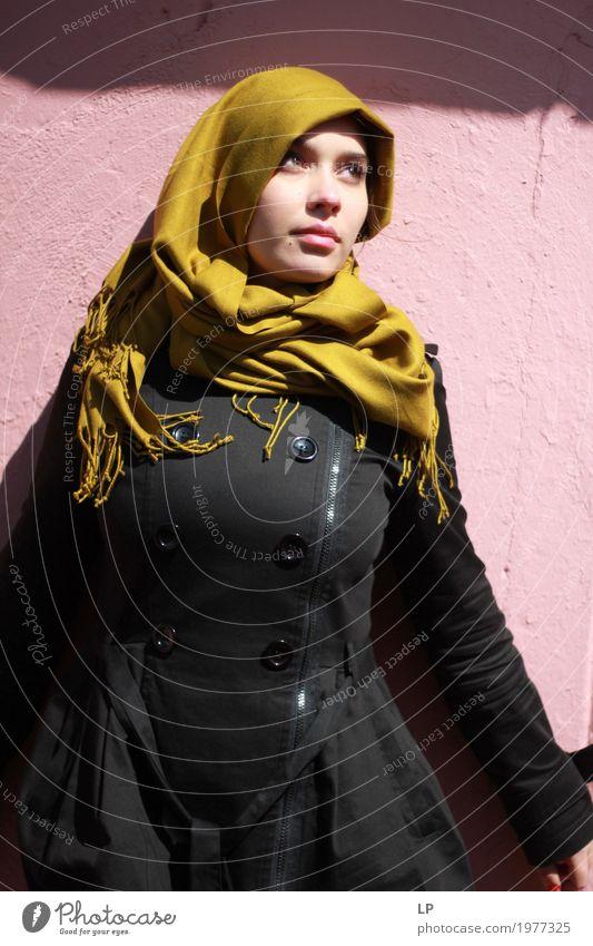 junge Frau posiert gegen rosa Wand Lifestyle Reichtum elegant Stil Design Freude schön Körper Gesicht Kosmetik Schminke Wellness Leben harmonisch Wohlgefühl