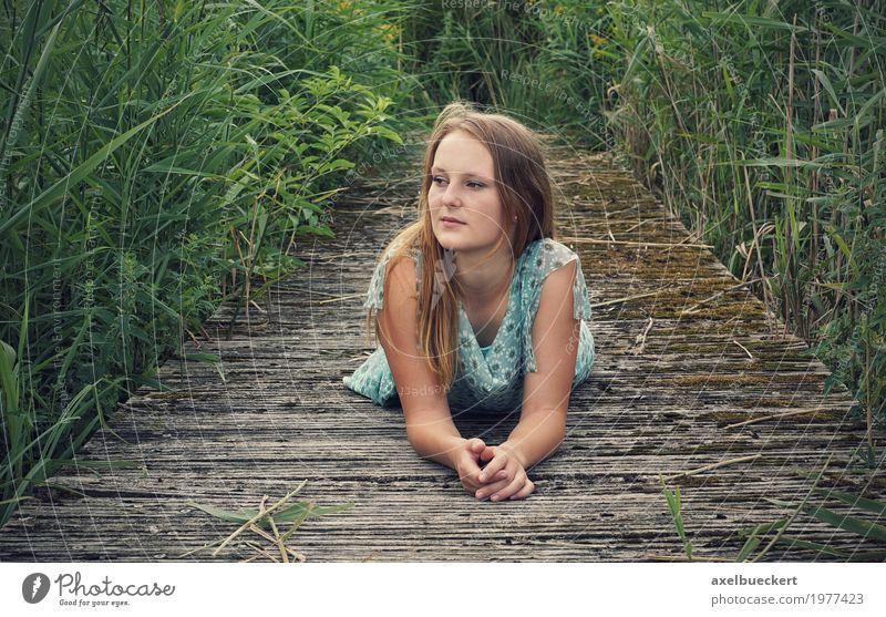 junge Frau liegt auf Holzsteg Lifestyle Freizeit & Hobby Mensch feminin Junge Frau Jugendliche Erwachsene 1 18-30 Jahre Natur Gras Sträucher Kleid blond