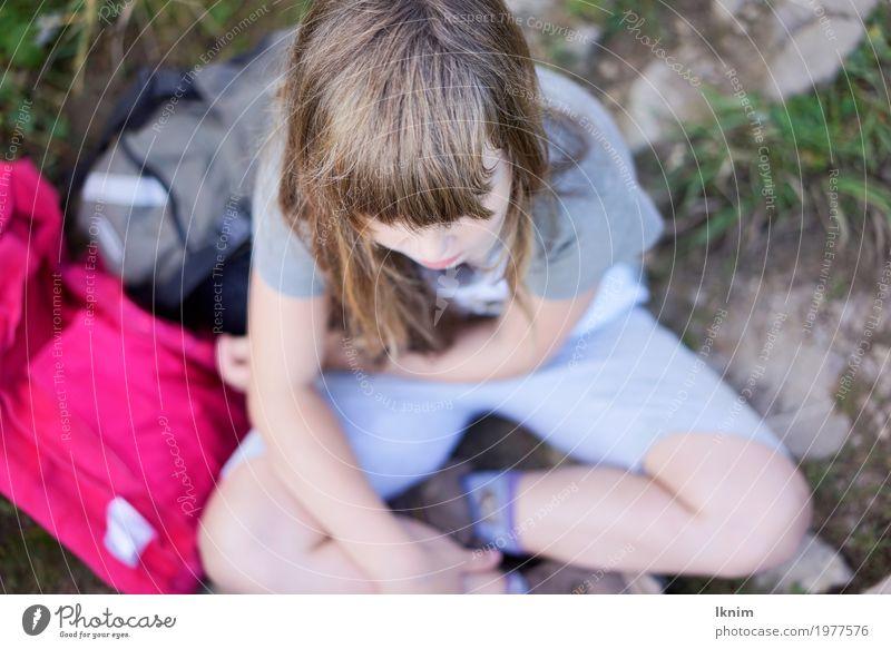 kleine Rast feminin Kleinkind Mädchen Kindheit 1 Mensch 3-8 Jahre 8-13 Jahre sitzen wandern Pause warten Einsamkeit Abenteuer ausruhend Erholung Farbfoto